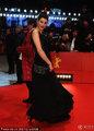 高清:女星莎拉优雅黑裙叉腰摆pose出席红毯