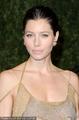 高清:贾斯汀女友杰西卡·贝尔裸色长裙极度性感