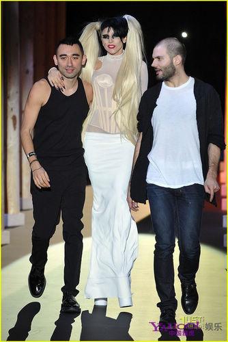 LadyGaga透视开裆裤走秀亲吻两男设施惊艳情趣酒店爱的争相之缘图片