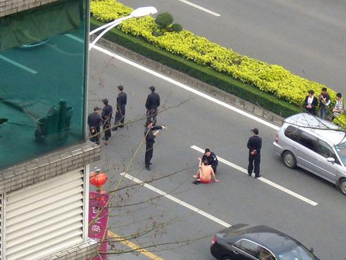"""东莞内裤男横坐路中央 网友称其""""淡定哥"""""""