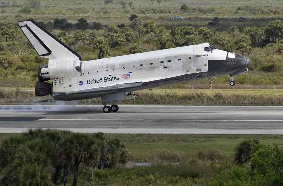 高清:美国发现号航天飞机9日安全着陆