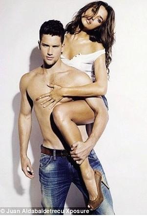 组图:c罗女友与男模拍大尺度性感诱惑写真