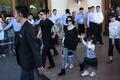 独家:小S率全家抵达三亚机场 徐妈妈笑对媒体