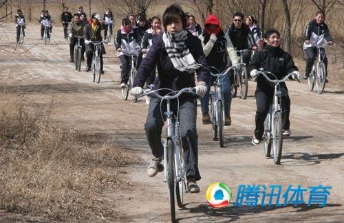 张怡宁骑单车宣传低碳 3月底赴美深造10个月