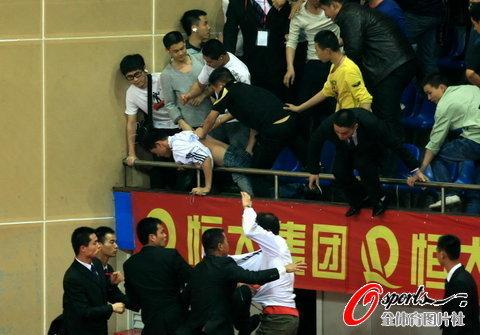 津粤战现场群殴陷入混乱 球迷遭围攻滑落看台