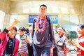 组图:姚明博鳌参加青年领袖会议 笑面迎花环