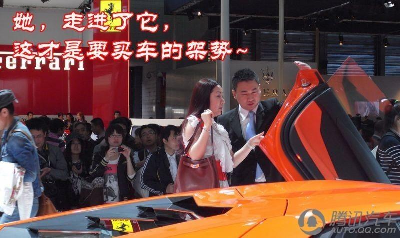 上海车展 富家美丽少妇500万买走兰博基尼 高清图片