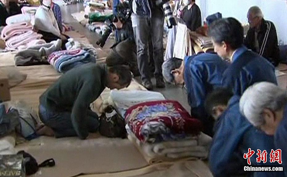 日本东电社长向灾民下跪道歉遭怒斥