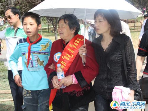 大秦网爱心接力 世园奶奶与留守儿童同游世园