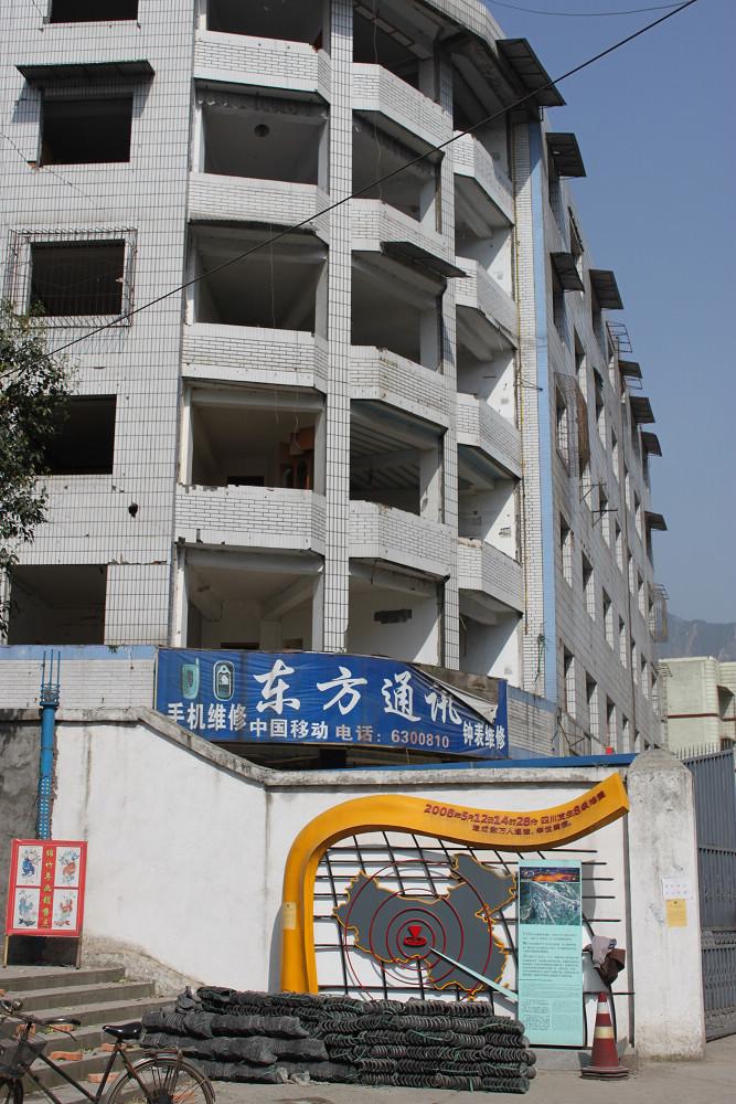 再次探访汉旺老城遗址,看着东汽十里厂房,停留在那一历时性的一秒的钟楼,带着黄花清香的悼念,一切仿佛如昨日镜像,在寂静中四散开来……