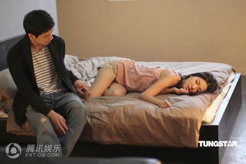 与男模上演亲密床戏