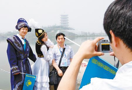 哈萨克斯坦馆里的帅哥美女不时被游客拉住合影留念。