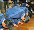 东电总裁再次视察福岛 跪地向灾民致歉
