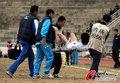 组图:东亚客场1-0延边 球员受伤被担架抬下
