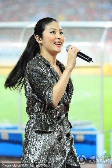 [陳慧琳] 中国サッカー・スーパーリーグでパフォーマンス
