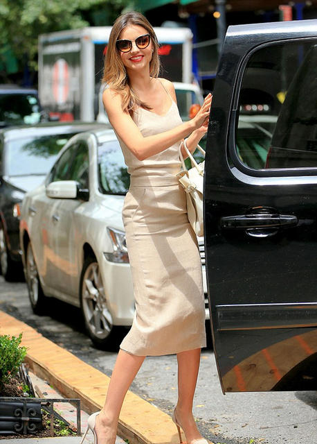 米兰达·可儿裸色吊带裙出街 仪态优雅图片