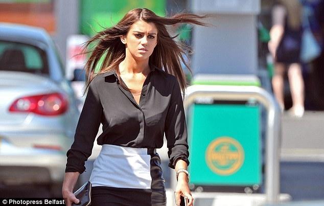 小麦携美女模特逛街遭偷拍