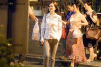 刘亦菲素颜素衣清纯可人 帮母亲提打包食品 - 何记茶轩 - 何记茶轩