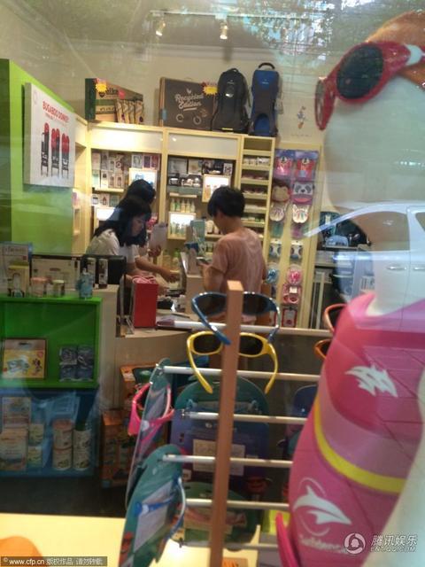 组图:马伊琍独自现身上海街头 逛母婴用品店 - 何记茶轩 - 何记茶轩