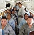 高清:日本相扑选手集体坐飞机 明显超载!