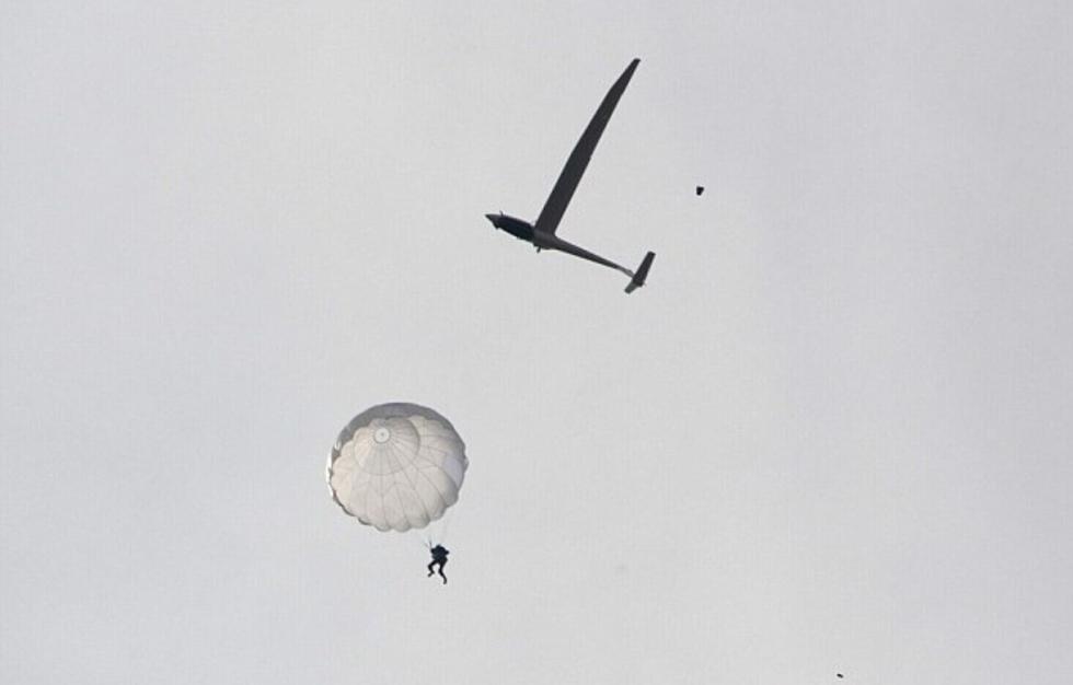 滑翔机因高空相撞散架 [11P]