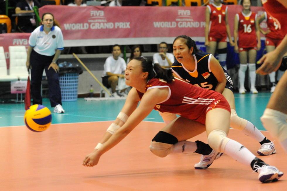 得分王也难救主.图为中国女排队员惠若琪在比赛中奋力救球高清图片