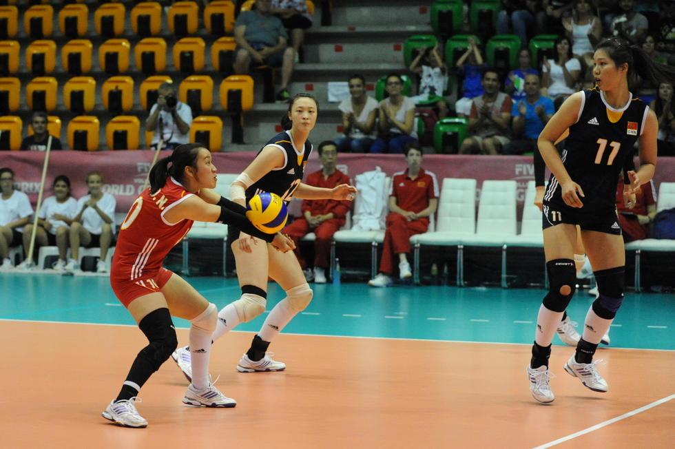 图为中国女排队员在比赛中接球高清图片