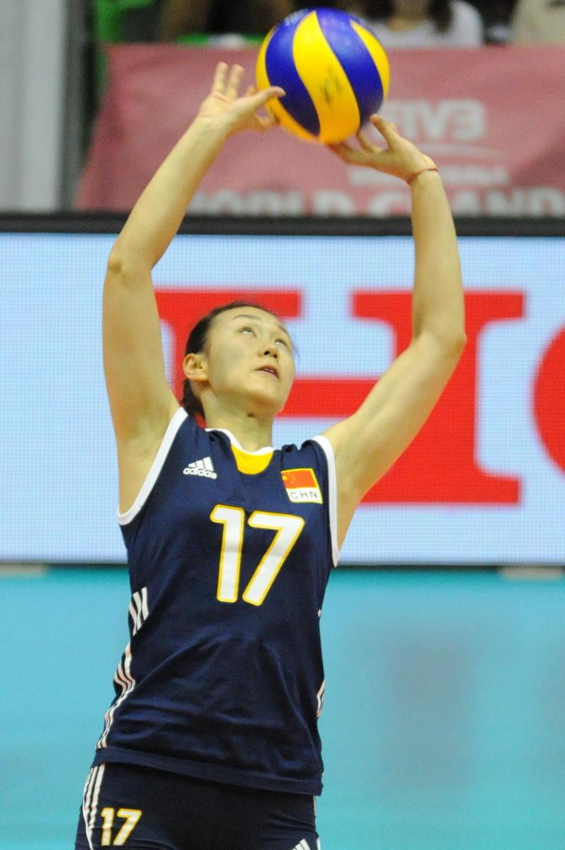 中国女排队员在比赛中传球高清图片