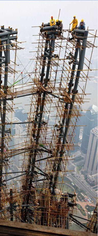 中国第一高楼上海中心大厦封顶 工人登顶道贺