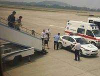 航班临起飞男子躲厕所不出 多名警察将其抬下 - 何记茶轩 - 何记茶轩