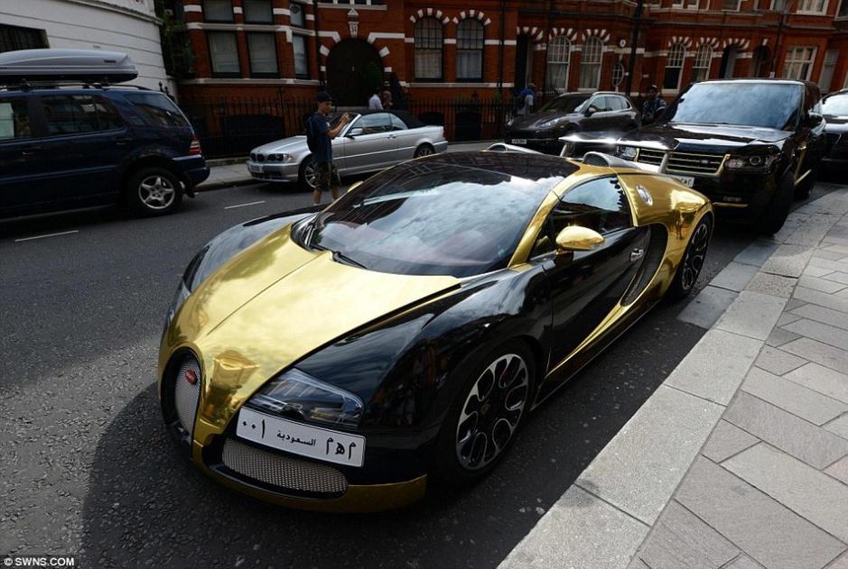 子的梅赛德斯amg,一辆黄金路虎和几辆色彩鲜艳的劳斯莱斯.高清图片