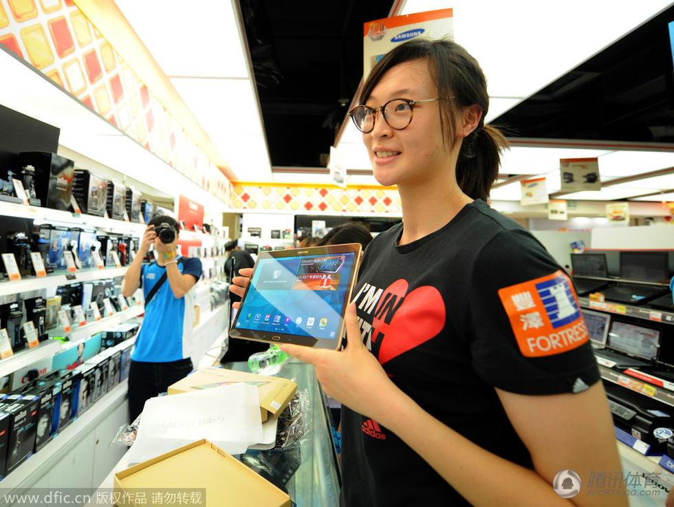 中国女排队员来到商店内选购电子产品和化妆品.据了解,女排高清图片