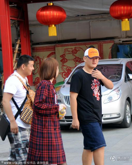 赵本山儿子现身刘老根大舞台 帅气低调