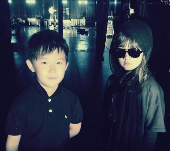 黄磊晒女儿多多与男闺蜜合影 网友呼唤杨阳洋