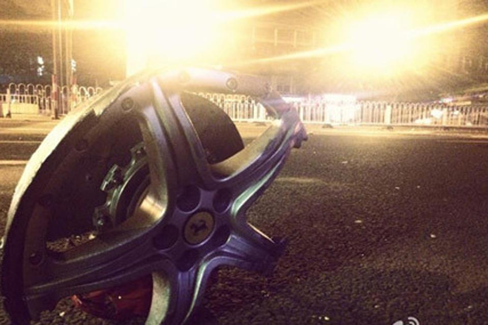 广州凌晨一辆法拉利疑似追尾一尼桑小车
