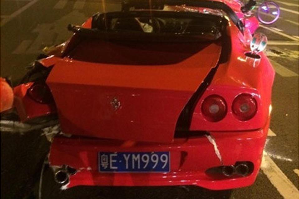 广州凌晨一辆法拉利疑似追尾一尼桑小车 高清图片