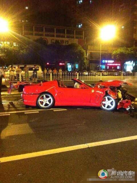 广州法拉利追尾车祸现场
