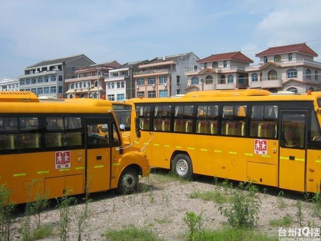 组图 浙江52辆新校车被弃农村近1年 沦为公厕 高清图片