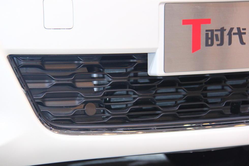 雾灯下的装饰条与进气格栅统一,增强了车辆的质感.-东风雪铁龙C高清图片