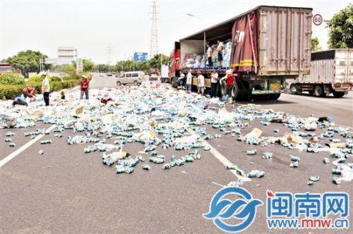 货车10多吨饮料撒落遭哄抢 不少车主停车猛抢 - 何记茶轩 - 何记茶轩