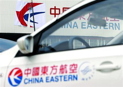 """东航新LOGO将呈现一只轻盈灵动的""""领头燕"""",车身上的标识是使用20年的旧LOGO。"""
