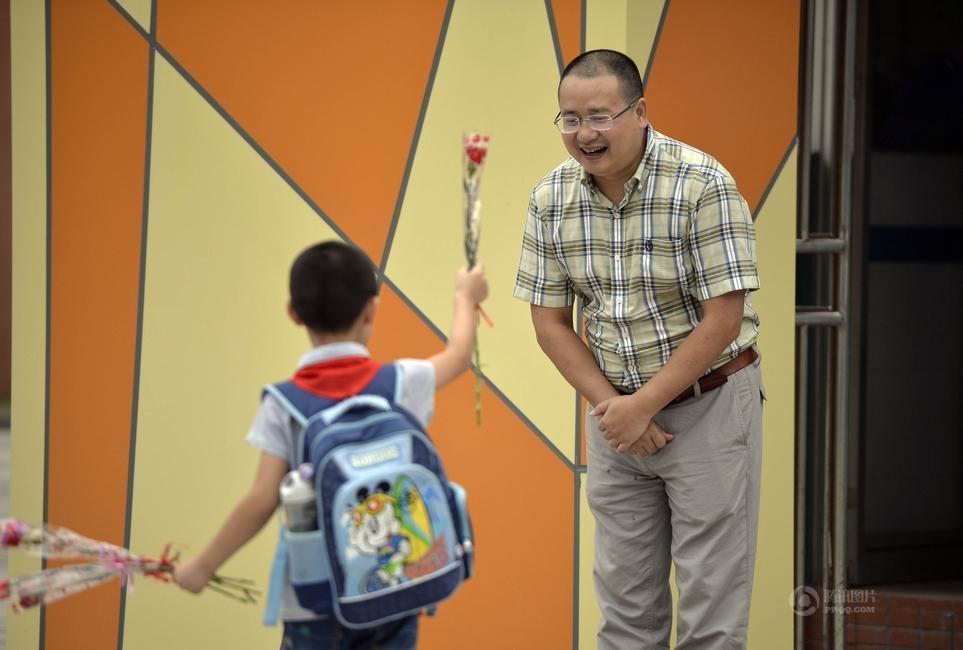 重庆一校长坚持6年校门口迎送学生
