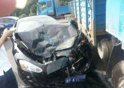 玛莎拉蒂gt跑车与一辆卡车相撞,跑车被撞面目全非,幸好人没事,高清图片