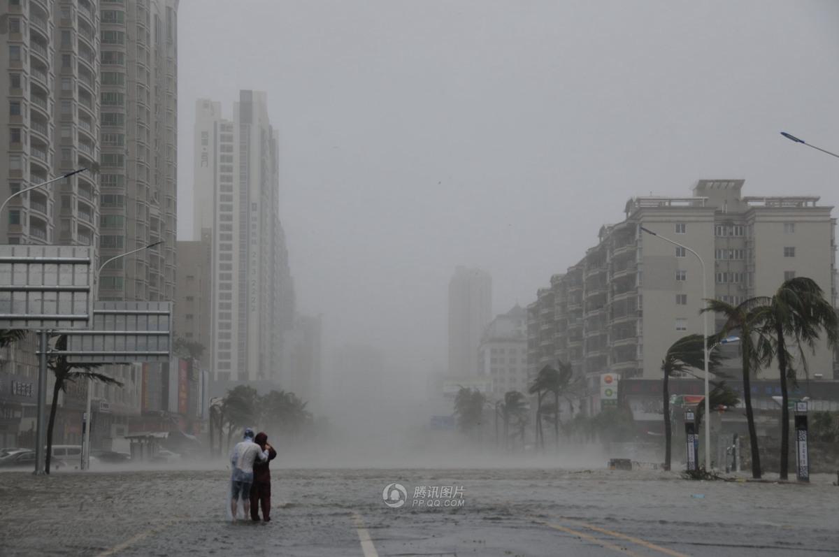 9月16日,广东湛江,市区海滨大道竞能见到两个追风人.摄影:高清图片