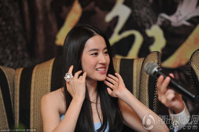 刘亦菲蓝色抹胸裙亮相成都 导演期望票房超6亿