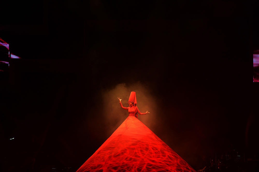 李宇春演唱会穿8米红裙献唱 尽显霸气台风