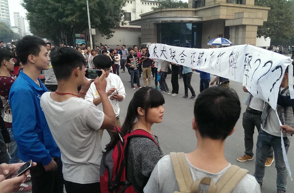 组图:河南郑州近千学生家长围堵大学讨说法 - 暮色苍茫 - 赵破奴