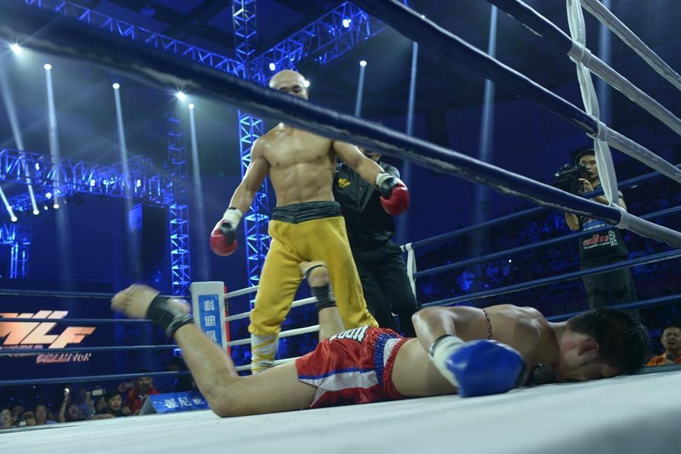 武僧一龙吊打泰拳王 重拳锤晕对手