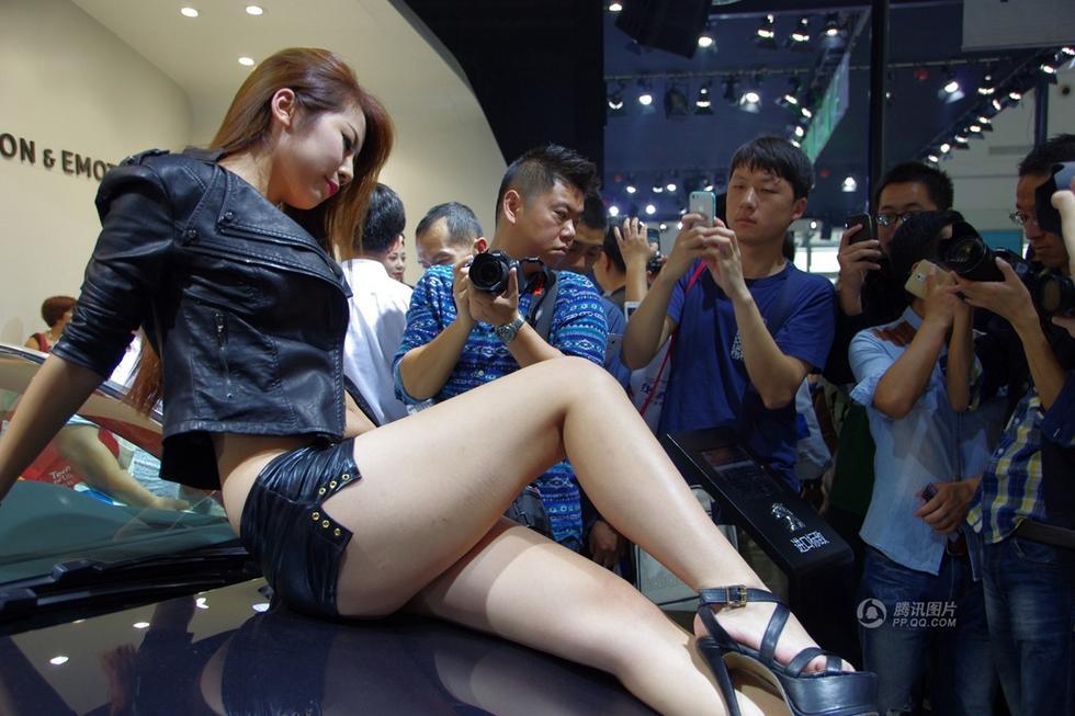 武汉国际车展车模趴车顶引众男狂拍
