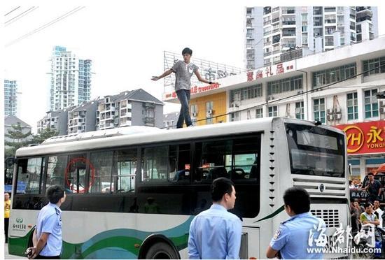 """男子吸毒致幻爬上福州公交车顶 声称""""被追杀"""" - 何记茶轩-金霏霏 - 何记茶轩-金霏霏"""